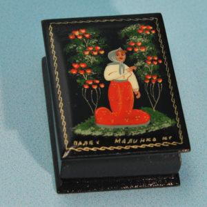 0113 – Boîte laquée 'conte russe' – La petite fille