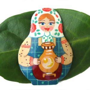 Bm01 – Broche russe folklorique 'Matriochka'