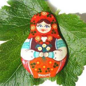 Bm02 – Broche russe folklorique 'Matriochka'