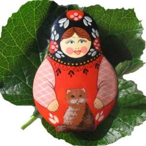 Bm09a – Broche russe folklorique 'Matriochka' au chat