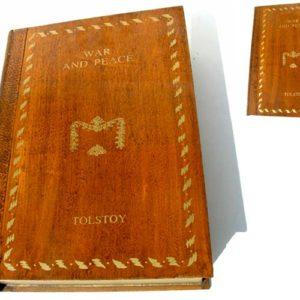 Foliant géant en bois laqué et doré Guerre et Paix de Léon Tolst