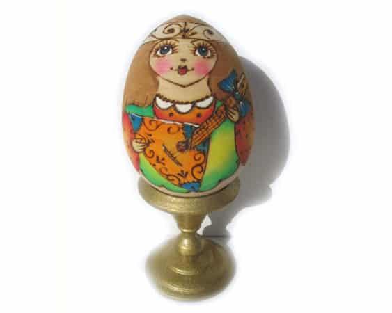 Oeuf en bois décoré 'Poupée russe à la balalaika' 8cm (FD-OE503)