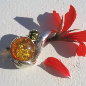 ambr89a – Broche ambre baltique 2 couleurs 'Baiser de Russie'