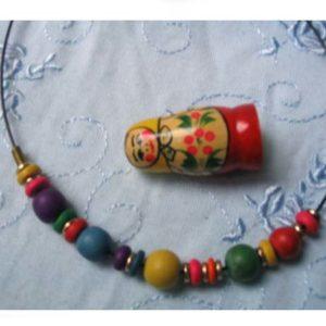 bac1 – Collier en bois coloré – artisanat russe
