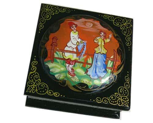 Boîte laquée russe à bijoux 'Parochka' (Z17bo0218)