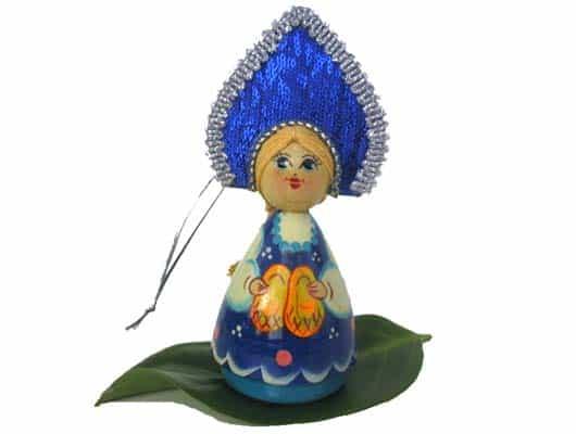 n023a – Figurine Femme russe aux lapti – pour le sapin de Noël